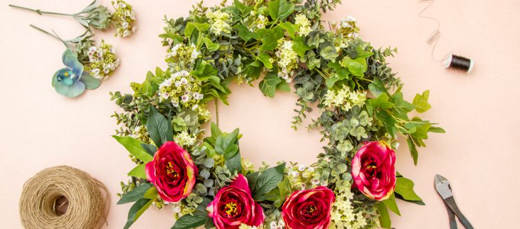 How to use a wire wreath frame - title